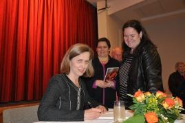 Doroteja Zeichmann signira knjigu