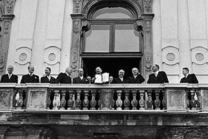 Figl kaže ljudstvu na balkonu Belvedera Državni ugovor 1955