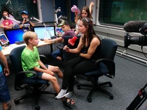 Julia Strommer pelja intervju sa sudionikom kempa